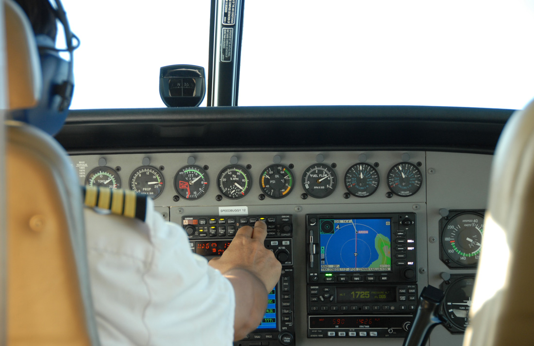 Не могут детки пока занять место пилота в кабине настоящего самолета